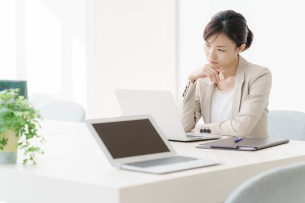 転職を考える女性